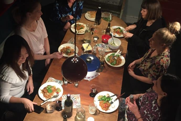 Kvinder spiser middag Ladies First